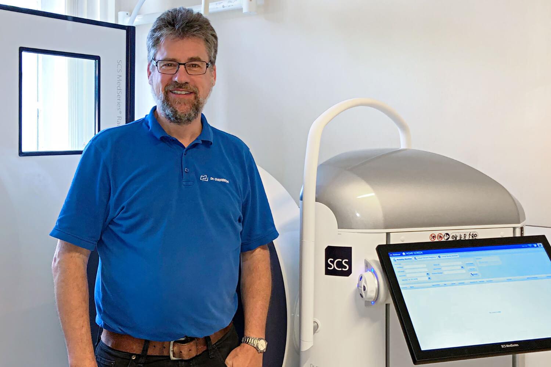 Seit Juni 2019 verfügt die unfallchirurgische Praxis von Dr. Joachim Overbeck über die BVOU-Edition des SCS MedSeries® H22 DVTs, das hochauflösende 3-D-Schnittbildaufnahmen – auch unter natürlicher Belastung der Gelenke – anfertigt.