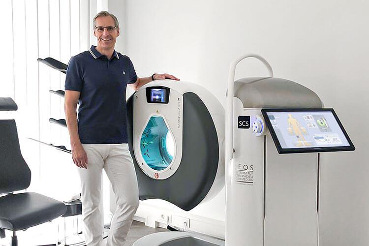Seit Juli 2019 verfügt die Privatpraxis für Orthopädie, Unfallchirurgie und Sportmedizin von Dr. Andreas Göller über die BVOU-Edition des SCS DVTs, das hochauflösende 3-D-Schnittbildaufnahmen – auch unter natürlicher Belastung der Gelenke – anfertigt.